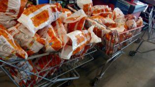 Procon apreende 200 quilos de carne de frango em loja do Assaí em Manaus