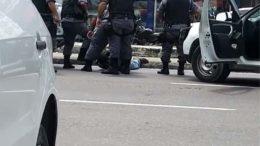 Suspeito é detido por policiais militares na Avenida Grande Circular durante assalto à casa lotérica (Foto: Facebook/Reprodução)