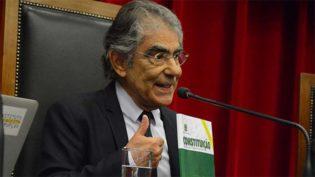 Democracia está sendo desafiada, mas não corre risco, diz Ayres Britto