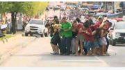 Reféns foram usados como escudo humano dos bandidos em tentativa frustrada de fuga (Foto: TV Amazonas/Reprodução)