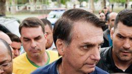 Jair Bolsonaro votou na Escola Municipal Rosa da Fonseca, na Vila Militar, acompanhado do filho Flávio Bolsonaro (Foto: Rodrigo Soares Pires/Folhapress)