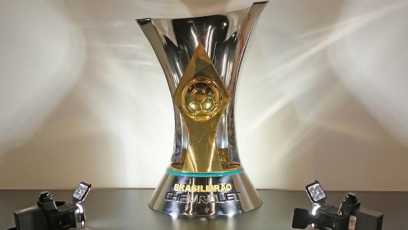 Taça do Brasileirão 2018 que está em jogo. Cinco clubes têm chances de conquistar o troféu (Foto: Rafael Ribeiro/CBF)