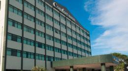 Confort Hotel foi condenado a pagar indenização a ex-camareira por trabalho com limpeza (Foto: Google/Reprodução)