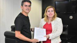 Deputado David Almeida recebeu projetos de reposição salarial da presidente do TCE Yara Lins (Foto: ALE/Divulgação)