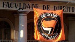 No Rio de Janeiro, a Justiça ordenou que a Faculdade de Direito da UFF retirasse da fachada uma bandeira em que aparece a mensagem 'Direito UFF Antifascista' (Foto: Facebook/Reprodução)