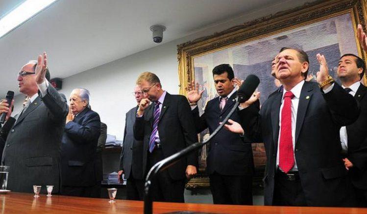 Parlamentares evangélicos em momento de oração no Congresso Nacional (Foto: Saulo Cruz/Agência Câmara)