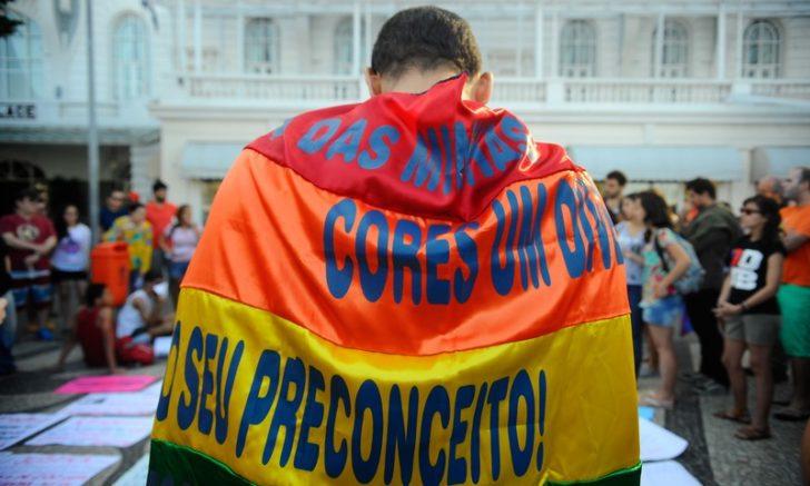 Ato contra a LGBTfobia e pela criminalização da homofobia, na praia de Copacabana zona sul da cidade, reúne dezenas de pessoas (Foto: Tânia Rêgo/Agência Brasil)