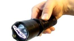 Lanterna que dispara choque, spray de pimenta são produtos que o uso é autorizado somente por órgãos de segurança pública (Foto: YouTube/Reprodução)
