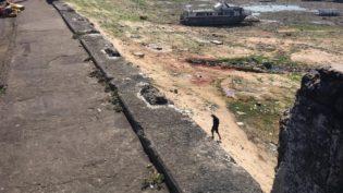 Destruição de mureta em avenida gera risco de acidente na orla de Manaus