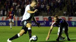 Maxi López ficou isolado no ataque e não teve chance de gol contra o Paraná, mas marcou de pênalti (Foto: Carlos Gregório Jr./Vasco.com)