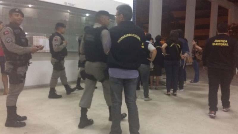 Policiais militares e civis chegam à Universidade Federal da Paraíba para conter maniofestação política (Foto: Facebook/Reprodução)