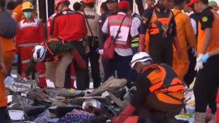 Na Indonésia, Resgate encontra pedaços de corpos na área onde avião caiu