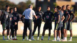 Técnico Tite orienta jogadores para confronto com a Arábia Saudita em amisto nesta sexta (Foto: Lucas Figueiredo/CBF)