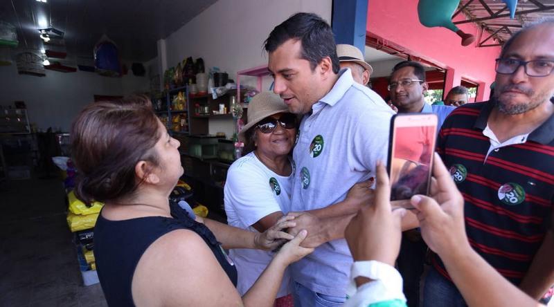 Wilson Lima cumprimenta eleitora em caminhada na manhã desta terça-feira em Manaus (Foto: Divulgação)