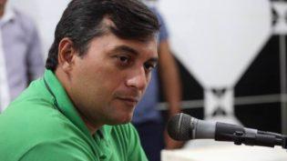Wilson Lima protocoliza documento com nomes para comissão de transição