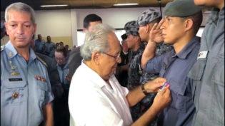 Amazonino participa de homenagem a policiais no calor da campanha