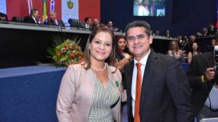 ALE homenageia professora de Parintins com Medalha do Mérito Educacional
