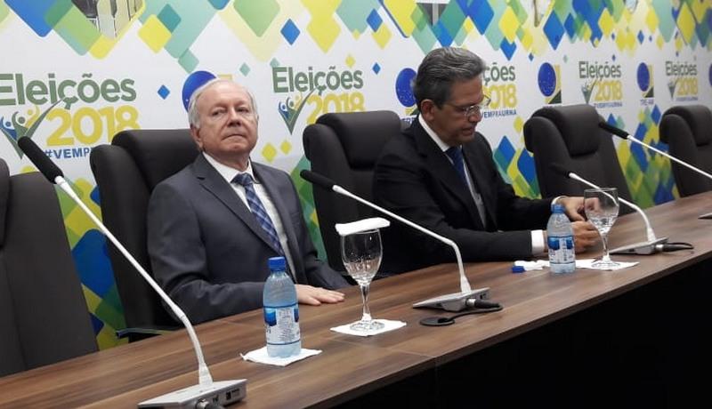 residente do TRE João Simões com o ministro Mauro Campbell, do STJ: promessa de punição a derrame de santinhos em Manaus (Foto: Henderson Martins/ATUAL)