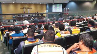 Revoltados com deputados, mototaxistas defendem quebrar a Assembleia Legislativa