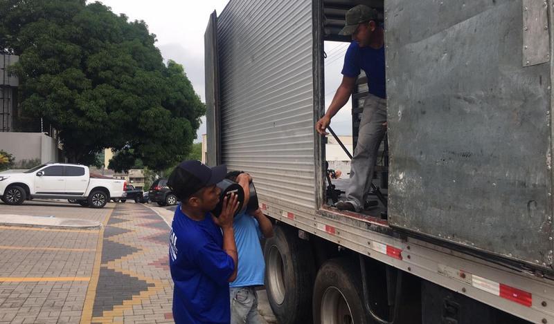 Funcionários de empresa de transporte recolhem equipamentos de ginástica em academia do empresário Murad Aziz (Foto: Patrick Motta/ATUAL)