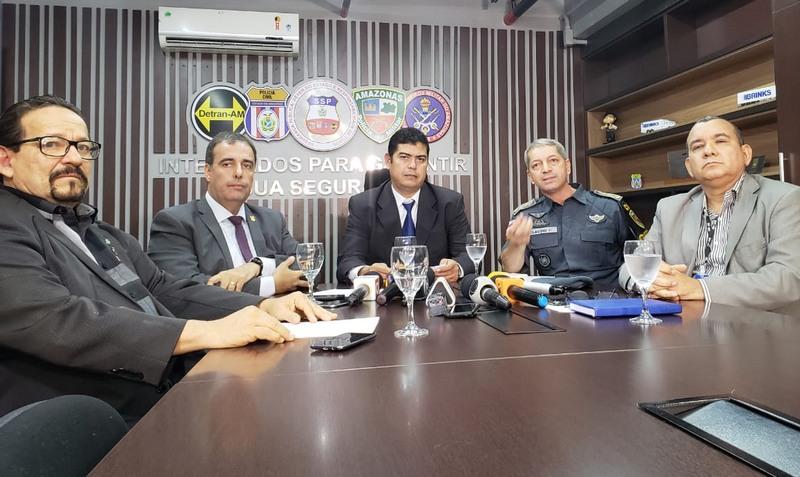 Secretário Amadeu Soares centro) anunciou que pediu a prisão de mais dois envolvidos na morte de adolescente (Foto: SSP-AM/Divulgação)