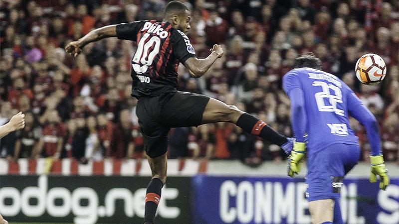 Lance de jogo entre Atlético-PR e Fluminense: vantagem do time paranaense na semifinal (Foto: Joka Madruga/Futura Press/Folhapress)