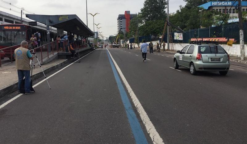 Trecho da Avenida Constantino Nery foi interditado para o tráfego de veículos devido a queda de postes (Foto: Patrick Motta/ATUAL)