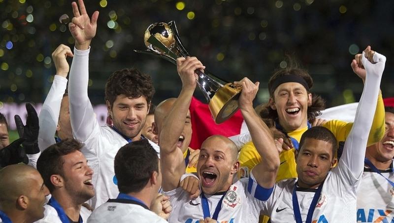 Jogadores na celebração da conquista do Mundial de Clubes de 2012; taça penhorada (Foto: Daniel Augusto Júnior)