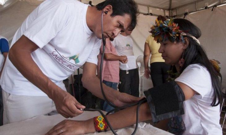 Médico cubano atende indígena no Amazonas; Estado será o mais afetado pela saída dos profissionais (Foto: Ministério da Saúde)