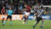 Diego foi bem marcado pelos volantes do Botafogo. Alvinegro venceu e se afastou da zona de rebaixamento (Foto: Gilvan de Souza/Flamengo)