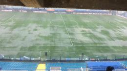 Estádio Bombonera: gramado encharcado impede a bola de quicar e prejudica o futebol. Situação adiou jogo da Libertadores (Foto: Twitter/Reprodução)