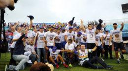 Jogadores do Fortaleza comemoram título da Série B no gramado da Ressacada (Foto: Cristiano Andujar/Futura Press/Folhapress)