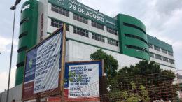 Praça em frente ao hospital está sendo reformada, enquanto dentro situação é precária (Foto: ATUAL)