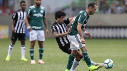 Luan, do Atlético-MG, em lance de jogo com o Palmeiras: empate favoreceu clube paulista (Foto: Cesar Greco/Ag. Palmeiras)