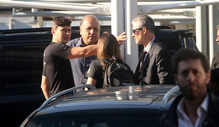 Luiz Fernando Pezão foi levado por agentes federais para a carceragem da PF no Rio (Foto: Reginaldo Pimenta/Raw Image/Folhapress)
