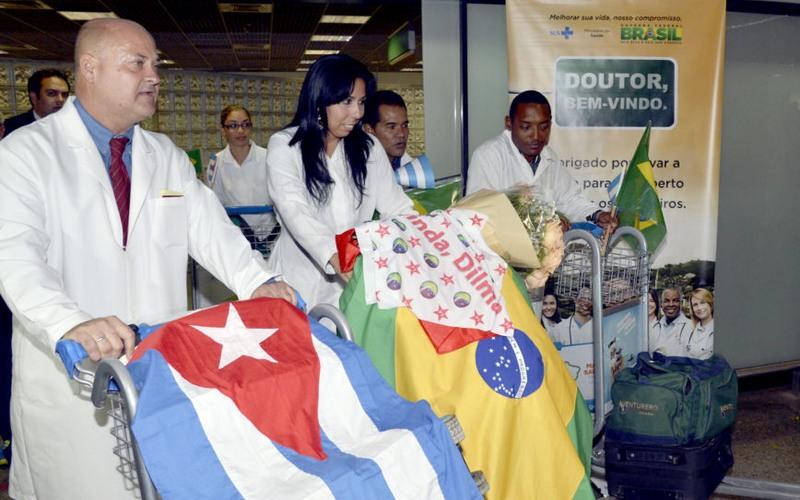 Médicos cubanos chegando ao Brasil em 2013 no início do programa Mais Médicos do governo Dilma Rousseff (Foto: Valter Campanato-ABr)