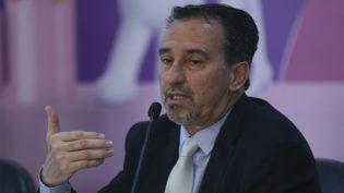 Ministro diz que edital para preencher vagas de médicos cubanos sai nesta terça