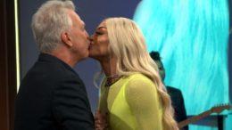 Pedro Bial deu beijo em Pabllo Vittar durante entrevista (Foto: GloboNews/Reprodução)