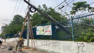 Postes são derrubados em avenida de Manaus e deixam Hemoam sem energia