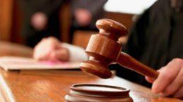 Juiz profere sentença usando martelo de madeira para afirmar decisão (Foto: Divulgação)