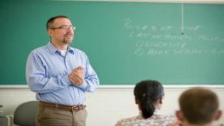 A jornada de trabalho abusiva do professor que Bolsonaro não tem interesse