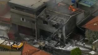Avião de pequeno porte cai em área residencial na zona norte de São Paulo