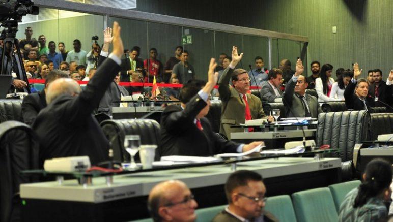 Deputados no plenário da ALE na manhã desta quarta-feira: adiamento de votação sobre passe livre (Foto: Alberto César Araújo/ALE-AM)