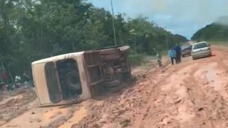 Ônibus deslizou no atoleiro e tombou na pista; cena comum em trecho da BR-319 no período de chuvas (Foto: Facebook/Reprodução)