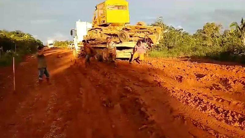 Quem se arrisca a passar no atoleiro fica preso no solo da pista: isolamento na floresta (Foto: Facebook/Reprodução)