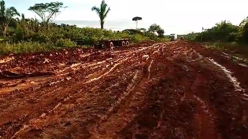 Atoleiro sem fim: trecho do meio da rodovia fica intransitável no período de chuvas do inverno amazônico (Foto Facebook/Reprodução)