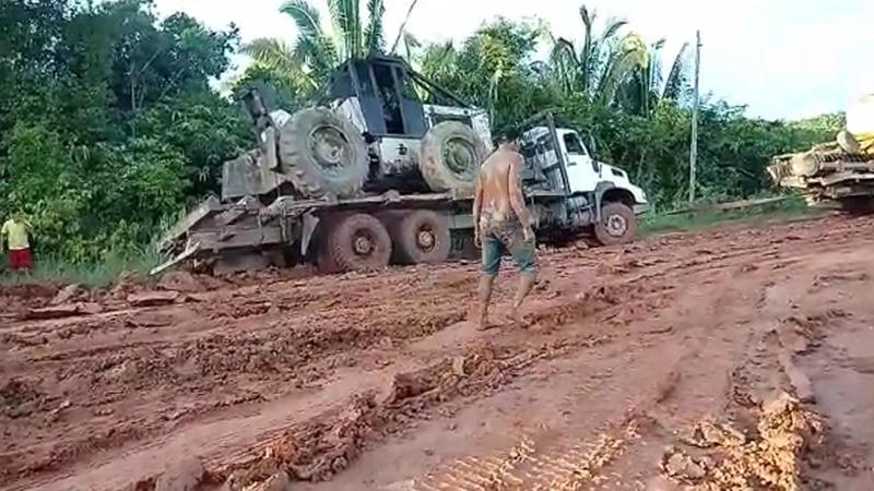 Caminhões ficam pelo acostamento em trecho intrafegável da BR-319 (Foto: Facebook/Reprodução)