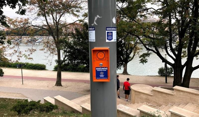 Botão de emergência em Budapeste: tecnologia ajuda a pedir ajuda (Foto: Rafael Balago/Folhapress)