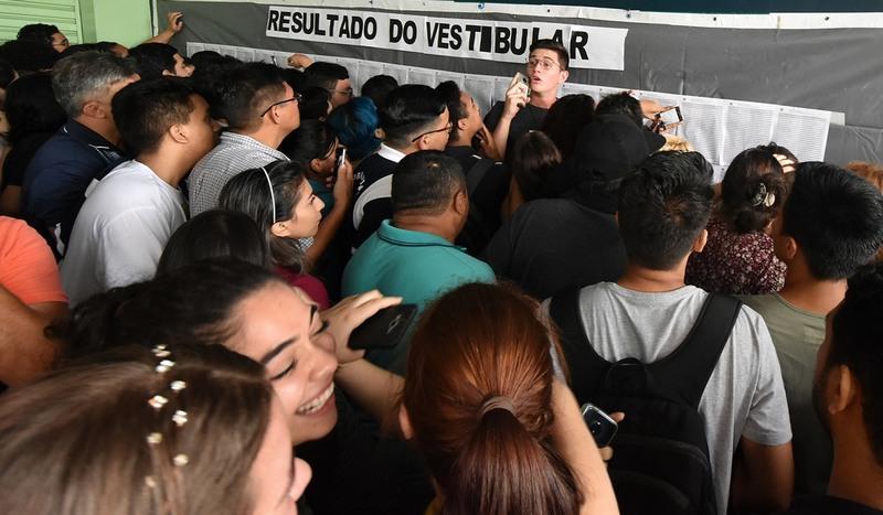 Candidatos conferem nome em lista de aprovados do Vestibular e SIS da UEA (Foto: Joelma Sanmelo/Ascom UEA)
