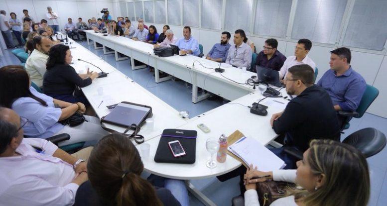 Futuro secretário de Saúde, Carlos Almeida (centro, de camisa preta) se reuniu com fornecedores da Susam (Foto: Assessoria/Divulgação)